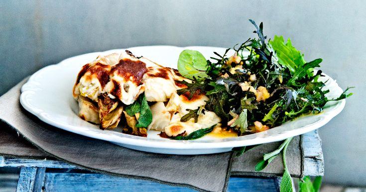 Comfortfood vol specerijen. Dat is deze winterwitlof met geitenkaasbechamel en salie. Je kunt er in plaats van salade ookromige aardappelpuree bij doen.
