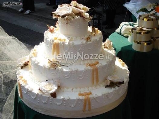 http://www.lemienozze.it/operatori-matrimonio/catering_e_torte_nuziali/torte-nuziali-monza-e-brianza/media/foto/1  Una torta nuziale multipiano con decorazioni floreali per un taglio della torta classico, elegante e indimenticabile.