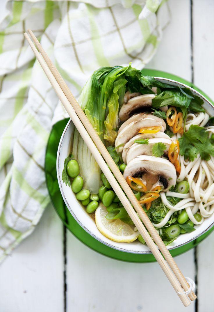 Den japanska rätten ramen verkar vara maten på allas läppar för tillfället. Och jag spår att det kommer bli en återkommande vardagsrätt i mitt kök i höst. Du plockar ihop lite goda...