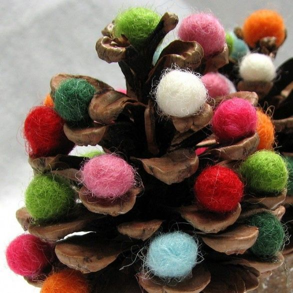 "Oh no!!! Another variation of the glitter pinecones.  This one would be good for a ""starter."" lavoretti-per-bambini-albero-lana-pigna-586x586.jpg 586×586 pixels"