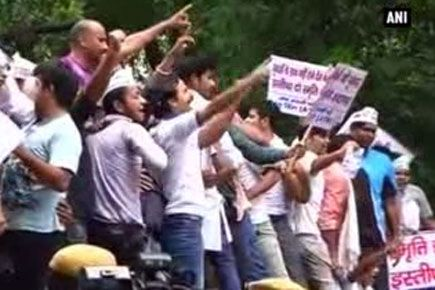 News Videos - The Aam Aadmi Party on Thursday staged a protest outside the residence of Union HRD Minister Smriti Irani demanding her resignation over her fake degree issue.