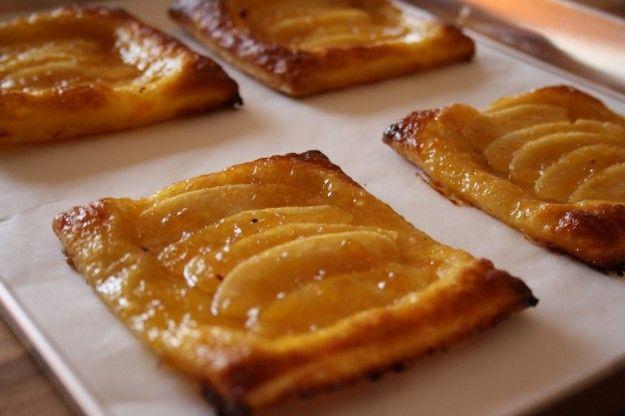 Le sfogliatine alle mele sono una ricetta buonissima per consumare una colazione sana e genuina. La frutta e la marmellata rendono questo dessert davvero delicato.