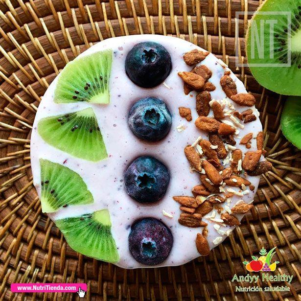 Hoje, Berries Bowl de @andyyhealty📝Base: queijo fresco batido 0%🍥, arandos, framboesas e banana congelada 🍌 💫Toppings: kiwi💚, arandos💜 e 💢sementes de girassol com cacau e coco 💢 #ANutriTiendaÉsTu