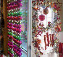 Fensterdeko Weihnachten - Die Kränze aus immergrünen Zweigen sorgen für eine Verbindung mit der Natur draußen. Der rote Faden belebt das Ganze und sorgt