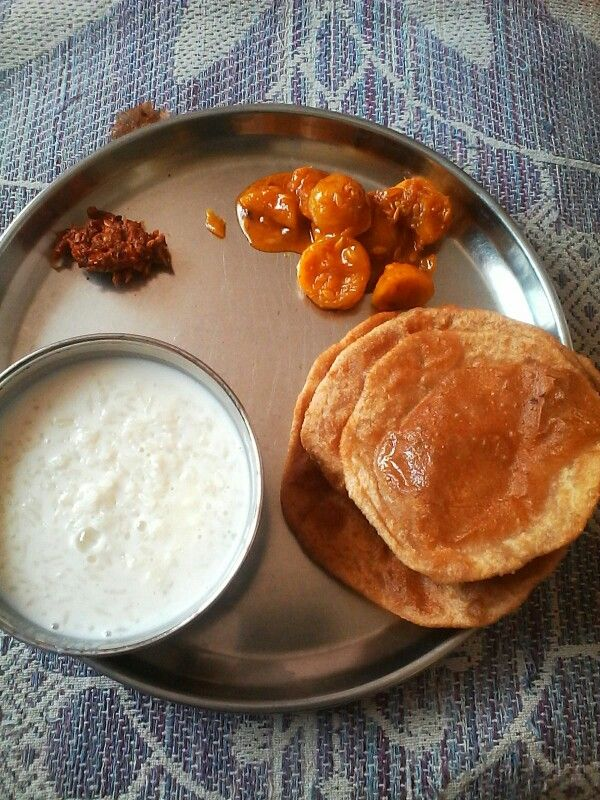 Kaachar ki sabji and red chilly chutney with curd and Puris....mmmm...i m Lovin it....