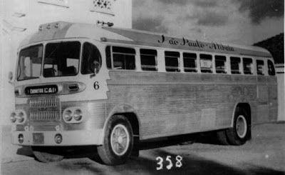 """1956 Esta foto, do acervo das Carrocerias CAIO, mostra um ônibus da Viação São Paulo-Atibaia, apelidado de """"fita azul"""" ou, mais recentemente, de """"CAIO Goiabada"""", com chassis FNM, em 1956. Curiosamente, o chassis originalmente era de um caminhão"""