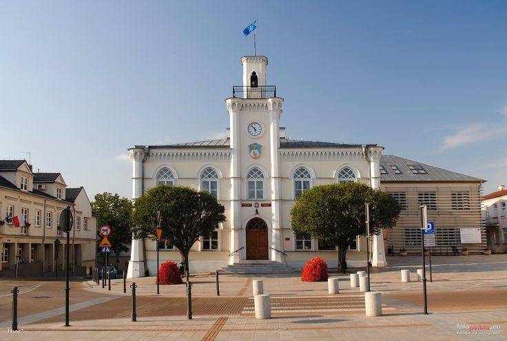 Ratusz w Ciechanowie powstał w 1844 r. według projektu architekta Henryka Marconiego w stylu neogotyckim.