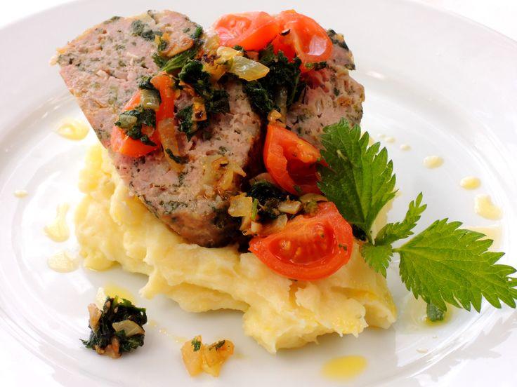 Sekaná famózní chuti připravená z mletého vepřového masa s čerstvými kopřivami, bramborovou kaší a kopřivovým špenátem.
