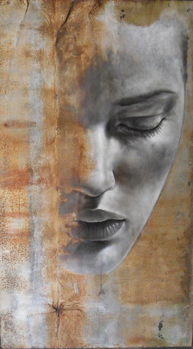 Esta obra se centra en la mitad de la cara de una mujer. Su mirada se dirige hacia el suelo. Parece triste. El fondo, de un color anaranjado llama bastante la atención