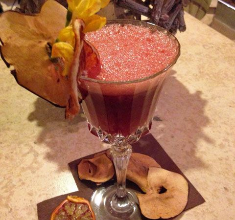 """La barlady Vanessa Veronese, di nome e di fatto, ci prepara """"Il vino di Romeo"""": un wine cocktail con Marzemino Trentino Doc Cavit da provare stasera! Cappa Cafè Verona."""