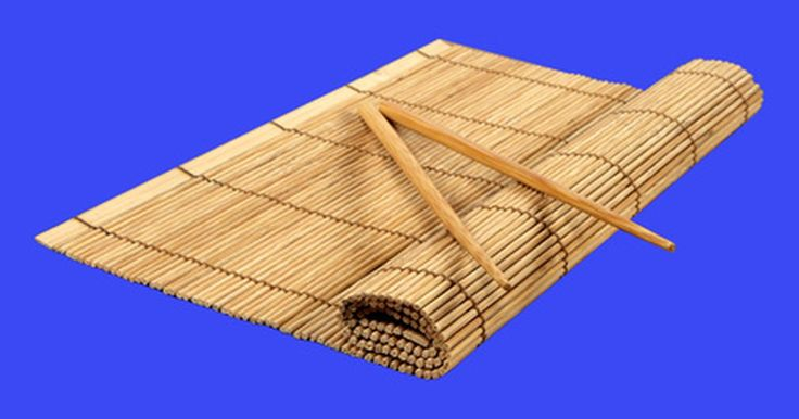 Como fazer sushi sem uma esteira de bambu. Enrole arroz em um folha de alga nori e você terá um sushi. Para criar um rolinho apertado, os chefes tradicionalmente usam uma esteira de bambu. Uma pessoa que resolver fazê-lo em casa e não tiver as ferramentas especiais à disposição deve encontrar um meio alternativo de juntar os ingredientes para fazer um rolinho de sushi. Uma toalha de ...