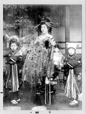 盛装の花魁と振袖新造 : モノクロ写真でよみがえる花魁の世界 - NAVER まとめ