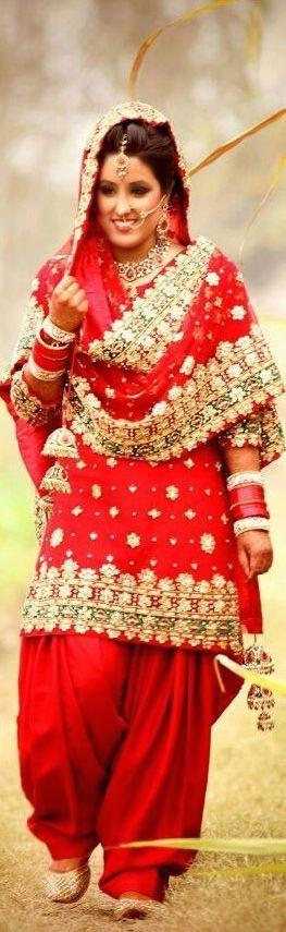 Vestido rojo en una boda khabo