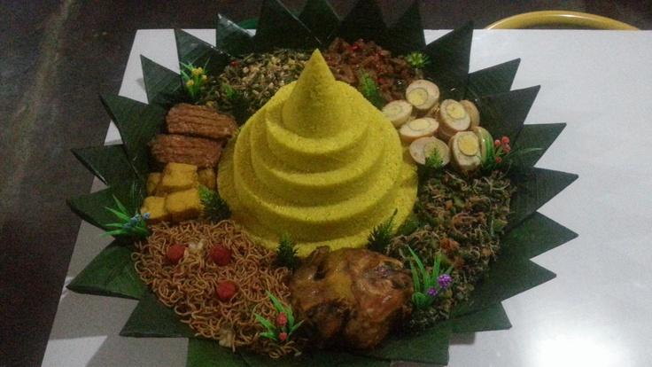 Nasi kuning + Mie goreng + Tahu goreng + Tempe goreng + Oseng kacang + Oseng tempe + Telur merah + Urab / Kluban + Ayam ingkung