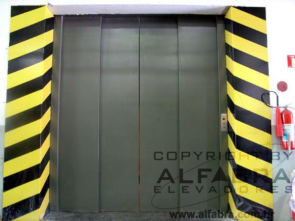 Elevador de Carga Alfabra com portas automáticas.