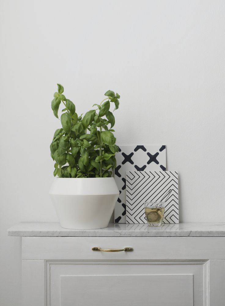 Exes and Maze table trivets come in two graphic patterns and are perfect for placing hot pans on the table. Here, Exes and Maze are seen alongside our new Rimm flowerpot. #bylassen #bylassenexes #bylassenmaze #tabletrivets #trivets #bordskåner #bylassenrimm #rimmflowerpot #danishdesign #scandinaviandesign #nordicdesign