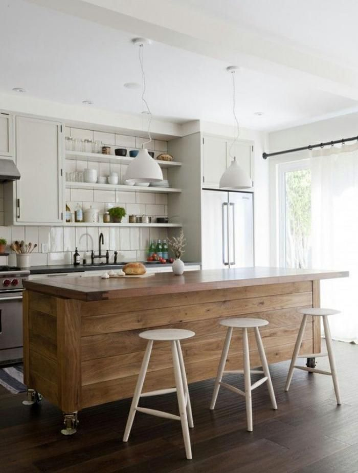 comptoir en bois recyclé, cuisine déco bois et blanc, bar de cuisine en bois réutilisé