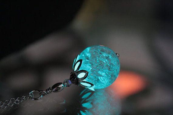 Geknackt klare Runde Kristallanhänger im Dunkeln leuchtet