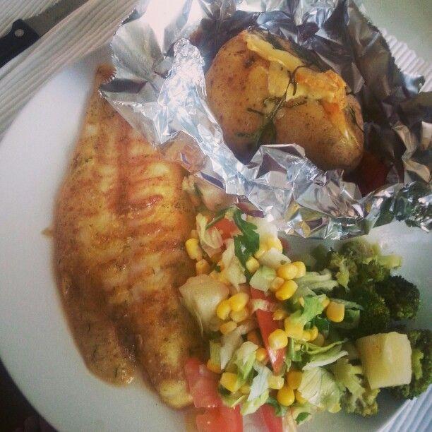 Pangafilet met mosterdsausje, frisse zomerse salade, broccoli en gepofte aardappel met kaas uit de oven! ♥