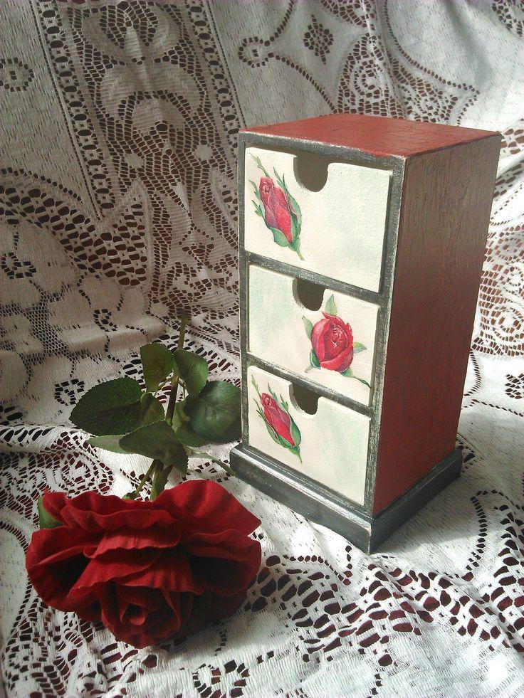 Malá komoda s ružičkami...