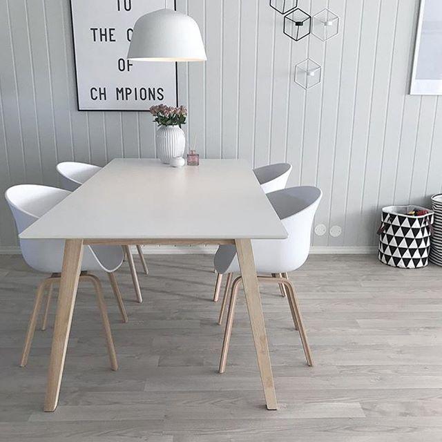 Se så fint Ambit Lamp fra @muutodesign gjør seg over spisebordet hos @emilieslilleverden✨ Ambit Lamp finner du på www.nordiskehjem.no Eller i vår butikk i Stavern☀️ I dag skinner solen så hvorfor ikke legge slndagsturen til Stavern #nordiskehjem #interør #nettbutikk #altpålager #mittnordiskehjem #muutodesign #muuto #muutoambit #muutoambitpendantlamp