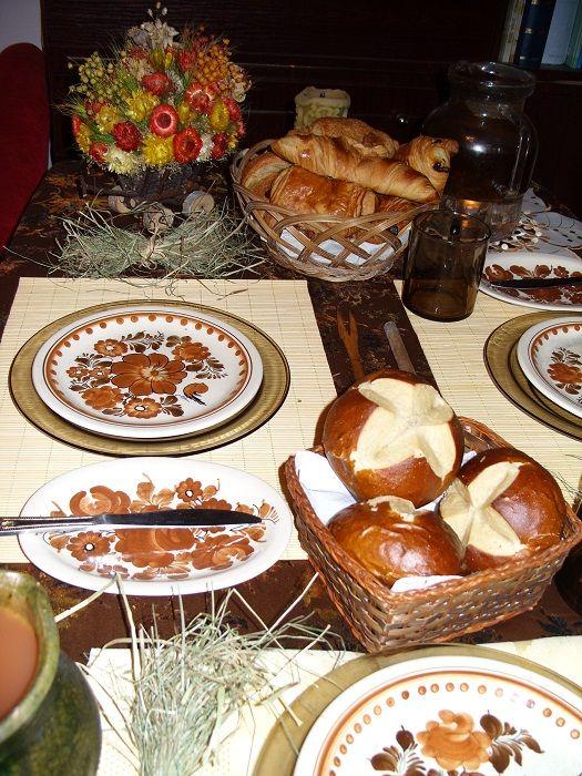 kto zgadnie motyw przewodni? Widzę sianko, ale też czosnek… Skoro była dekoracja brukselkowa, to może być i czosnkowa. Tak czy siak, miło siadać do takiego stołu, tego możecie być pewni.