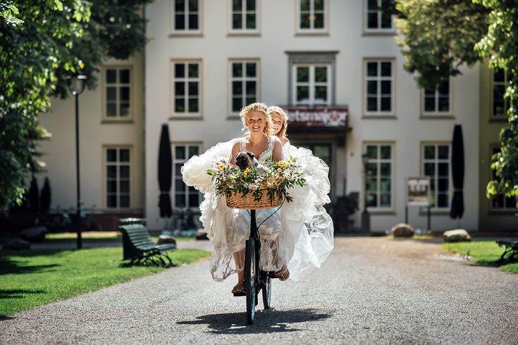 Vrouwen die met vrouwen trouwen, heel normaal! Maar soms gaat het wel net even anders. Deze lesbische stellen vertellen over hun bruiloft >> https://www.girlsofhonour.nl/zij-trouwt-met-haar-liefdesverhalen-van-twee-bruiden/ Foto: Odiza Fotografie