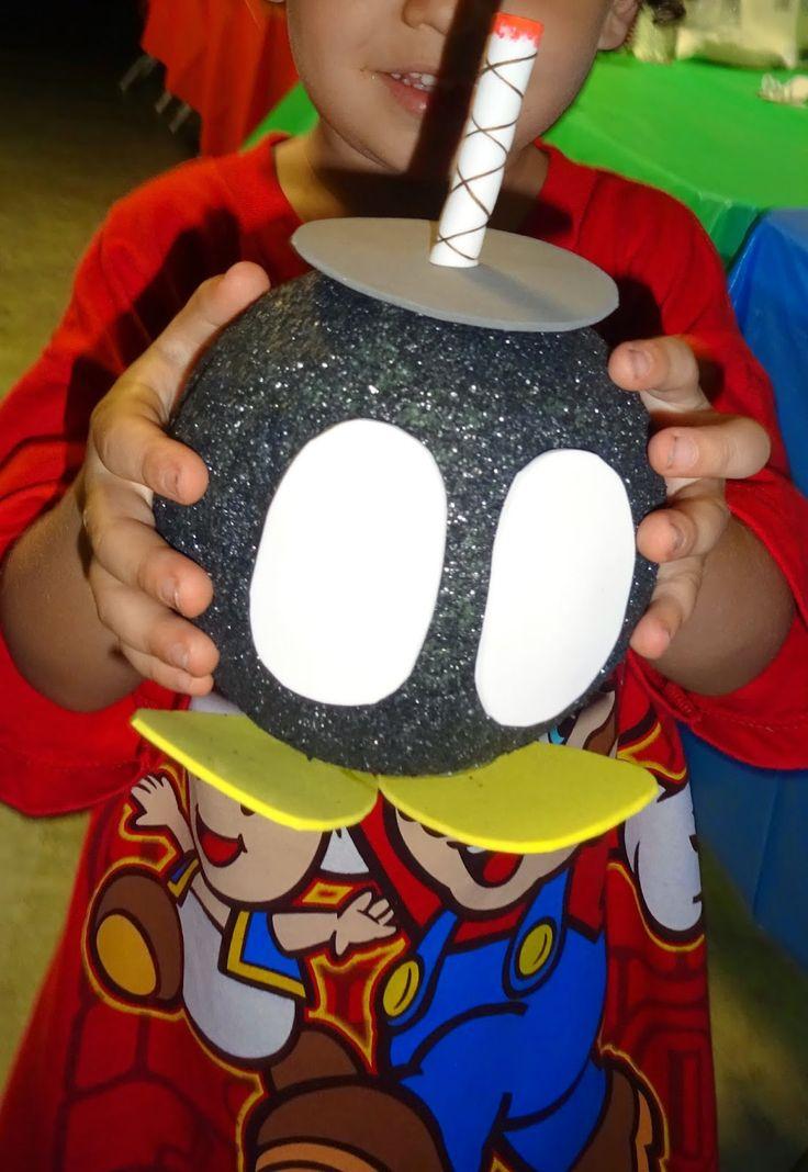 Pintando bola porexpan con negro, adornos goma eva y pinxar vela
