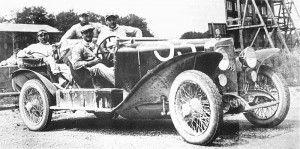 Enzo Ferrari e i suoi meccanici sull'Alfa Romeo RL SS con la quale vinse la Coppa delle Alpi nel 1923