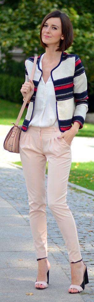 Chaussures à talons compensés, pantalon rose pastel, chemisier blanc, veste courte col rond