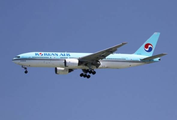 06/09/2017 - Korean Air plane makes emergency landing after smoke fills cockpit