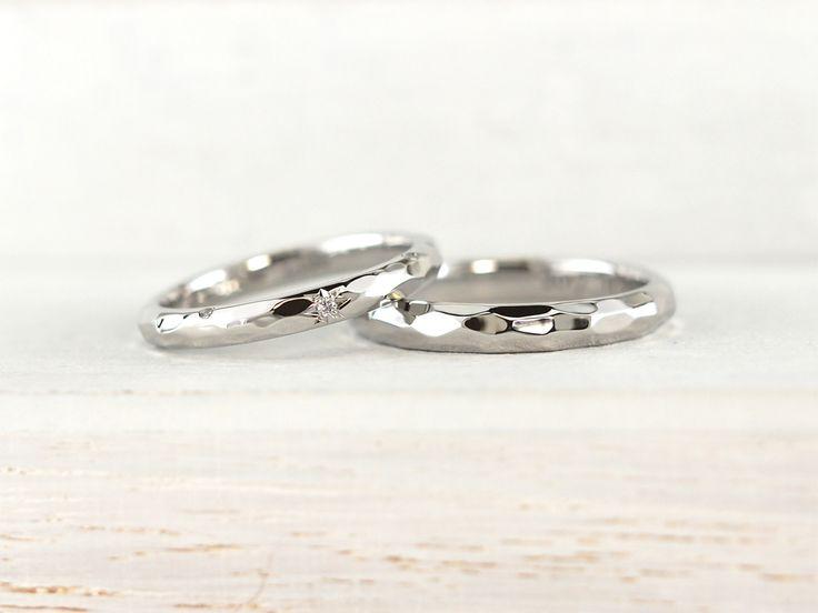 プラチナを槌目加工で個性のあるオーダーメイド結婚指輪。女性用のダイアモンドは太陽をモチーフに後光留め。  [ #福岡 #久留米 #結婚指輪 #マリッジリング #婚約指輪 #エンゲージリング #ウェディングリング #ウェディングバンド #フルオーダー #オーダーメイド #プラチナ #槌目 #後光留め ]