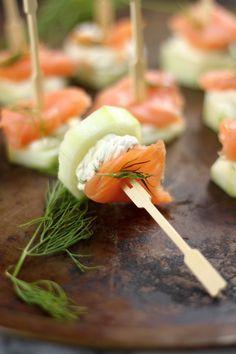 Espetinho de salmão, pepino e patê