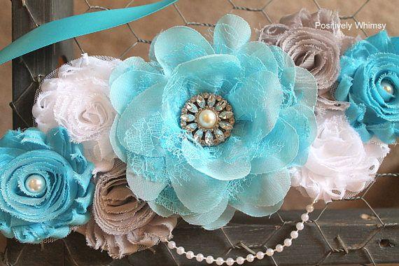 Faja de maternidad, faja maternidad niño, azul Faja de maternidad, faja embarazo, flores maternidad faja, faja de la ducha de bebé, turquesa blanco gris, RTS Listo-a-nave (RTS) dentro de 1-2 días laborales. El envío es USPS primera clase 3-5 días. Impresionante faja maternidad de niño del bebé en turquesa, gris y blanco se adorna con una perla preciosa joya de diamantes de imitación, 2 perlas blancas del faux y un filamento blanco de perla sintética. Flores se unen a una faja de Satén…