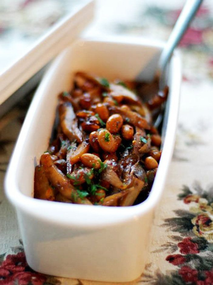 大豆と旬の根菜、ごぼうがたっぷり摂れるヘルシーメニュー。甘酸っぱいバルサミコ酢で炒め煮すれば、いくらでも食べられそう。ゴルゴンゾーラチーズなど入れて焼いたフォカッチャにのせても美味。|『ELLE a table』はおしゃれで簡単なレシピが満載!