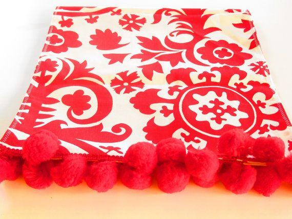 Chemin de Table rouge, nappe Bohème, boho chic style décoration, rouge et blanc de table Paramètres, look boho funky Suzani, décor à la maison rouge