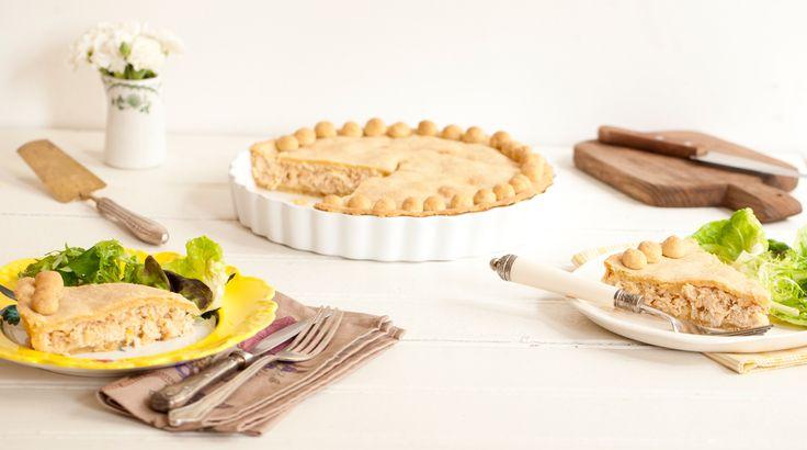 Torta de frango clássica | #ReceitaPanelinha: Irresistível, esta torta de frango é deliciosa e tem recheio cremoso na medida. A massa bem crocante é multiuso e superprática... Nem precisa descansar!