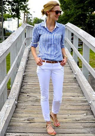 青ストライプシャツ×白パンツの着こなし(レディース)海外スナップ | MILANDA