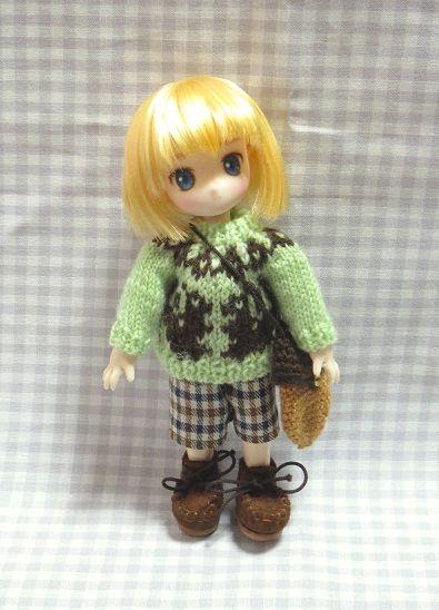 ご覧頂きありがとうございます。オビツ11ボディ用・手編みのセーターとどんぐりポシェットのセットです。*お譲りするもの・編み込みセーター…毛とアクリル混紡の極細毛糸、金属ボタン薄い黄緑色の地にチョコレートブラウンでリス柄を編み込みました。後ろ全開4つボタン、前後ほぼ同型なのでどちらを前にしても着られます。*裏に糸がたくさん渡っているので着脱はハンドパーツを外して行います。*PC環境の違いなどで実物と違った色に見える可能性があります。「ミントグリーン」と呼ばれている色よりもう少し黄味の強い色です。色は薄い...