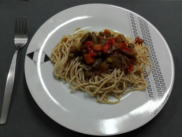 Whole grain pasta with vegetables sauce