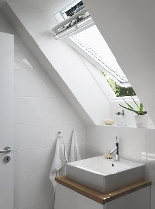 Badkamer met VELUX tuimeldakraam GGU voor ideale ventilatie. Doe meer inspiratie op via www.velux.nl #VELUX