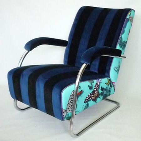 Easy Chair SP7 Deze stoel heeft na het herstofferen een zeer eigen uitstraling gekregen door een gewaagde stofcombinatie uit de collectie van Designers Guild.