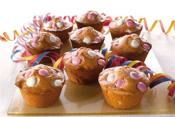 Pastillimuffinit ❤❤❤ Muffinit saavat hauskan täplikkään ilmeen ranskanpastilleista. http://www.valio.fi/reseptit/pastillimuffinit/
