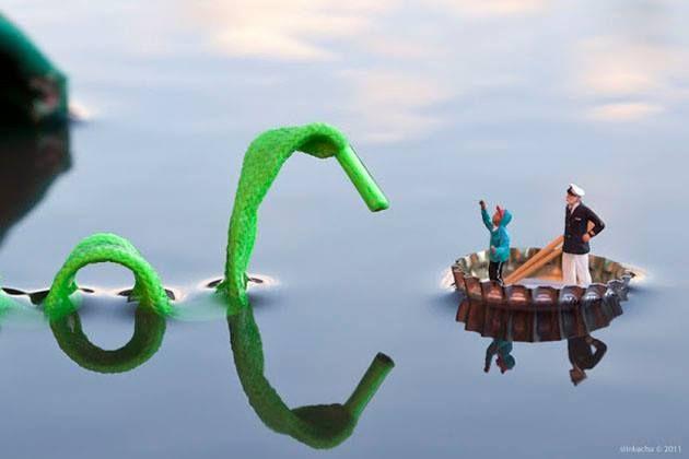 Voorstelling: Je ziet een kapitein en een jongen in een bootje. Ze lijken aangevallen te worden door een zeemonster. Vormgeving: Er is gebruik gemaakt van bestaande materialen, namelijk een kroonkurk, een schoenveter en twee modelbouw figuurtjes. Het formaat van de mensfiguurtjes is extreem klein, wat het effect heeft dat de voorwerpen in de omgeving een andere betekenis krijgen.