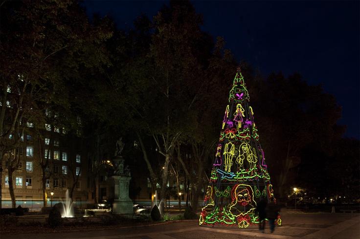 El árbol de Andrés Jaque está compuesto de una gran variedad de motivos figurativos luminosos y de metacrilato cubriendo la totalidad de la superficie.
