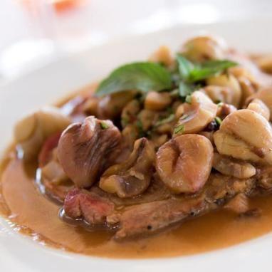 Η πιο απλή και όμως τόσο απίστευτα γιορτινή εκδοχή του χοιρινού με κάστανα και κρασί!