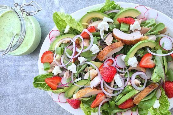 Kyllingsalat er både enkelt, godt og sunt. Oppskrift på kyllingsalat med jordbær, fetaost og deilig urtedressing.