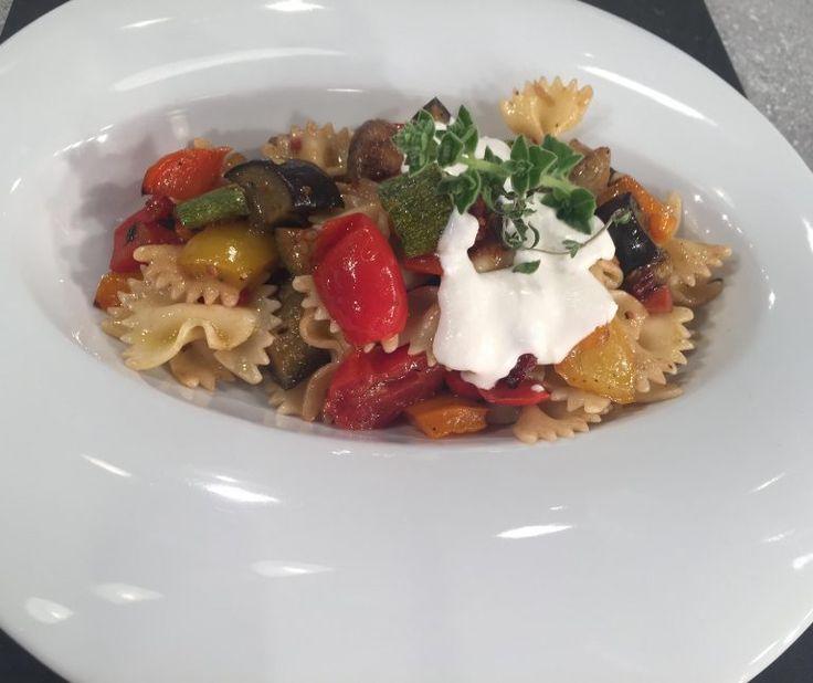 Κρύα μακαρονοσαλάτα με λαχανικά και σως φέτας