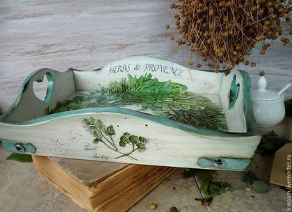 Купить или заказать ' Неrbs de Provence '   кухонный набор в интернет-магазине на Ярмарке Мастеров. Уютный подносик в прованском стиле с венком душистых трав украсит любую кухню, будь то классика, прованс или кантри. Любимое сочетание цветов - белый и все оттенки зелёного: глубокий изумрудный, нежный салатовый, изысканный шалфей, шелковистый цвет мяты, всего не перечесть! Подносик - 1700 рублей Декоративная досо…
