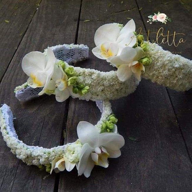 Pin By Artletta On Fryzury Dzieciece Floral Floral Wreath Wreaths